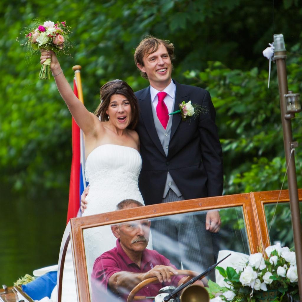 In het huwelijksbootje . . .