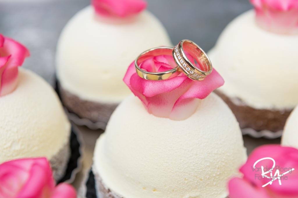 Trouwringen en bruidsgebakjes